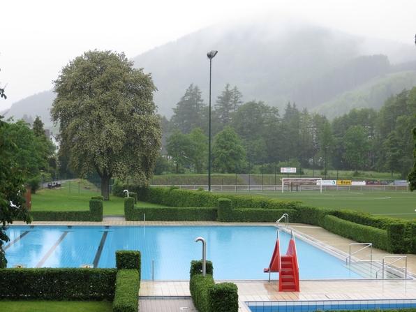 Freibad Siedlinghausen geöffnet: Luft 11°C, Wasser 21° C, leichter Dauerregen. (foto: zoom)