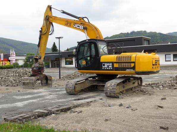 Während der Geschäftsbetrieb im alten ALDI weiterläuft, wird der Parkplatz abgerissen. (foto: zoom)