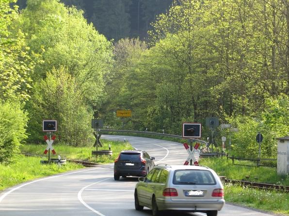 Der Bahnübergang der L 742 in Steinhelle, kurz vor der B 480, ist unbeschrankt. (foto: zoom)