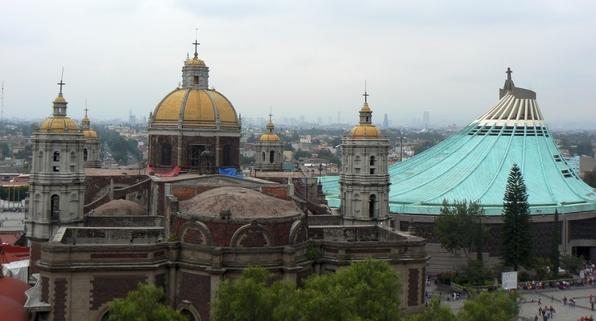 Auf dem Berg Tepeyac soll im Dezember 1531 -zehn Jahre nach der Eroberung der Aztekenhauptstadt Tenochtitlan- dem Indio Juan Diego Cuautlatoatzin viermal die Jungfrau Maria erschienen sein. Sie war dunkelhäutig und bot wohl so mehr Identifikationsfläche. Der Indio zeigte dem Bischof das Gnadenbild Marias. Der Auftrag war, hier eine Kapelle zu errichten. Im Laufe der Zeit kam eine Basilika hinzu und in den 70er Jahren ein futuristischer Neubau. Der Garten sieht ein wenig wie ein Freizeitpark aus - ist aber dennoch ganz hübsch. (fotos: koerdt)