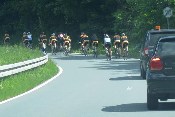 Am Wochenende war viel los bei uns. An solchen Radgruppen kommst du mit dem Auto nicht vorbei. (foto: zoom)