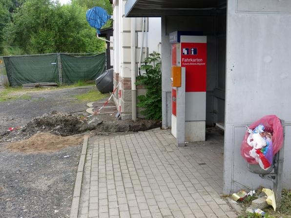 Fahrkartenautomat, Wartehäuschen und Bahnhofsgebäude: vermüllt