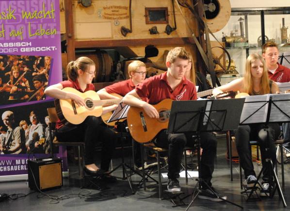 Engagiert und dynamisch - das Gitarrenorchester unter der Leitung von Heinrich Bohnenkämper.