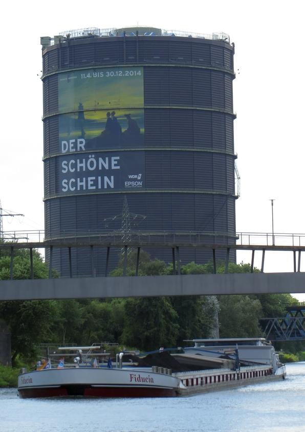 Der Radweg führt entlang des Kanals am CentrO in Oberhaausen und am Gasometer vorbei.