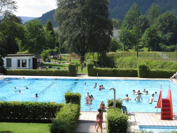 Heute um die Mittagszeit waren im Freibad Siedlinghausen schon 1000 BesucherInnen gezählt worden. (foto: zoom)
