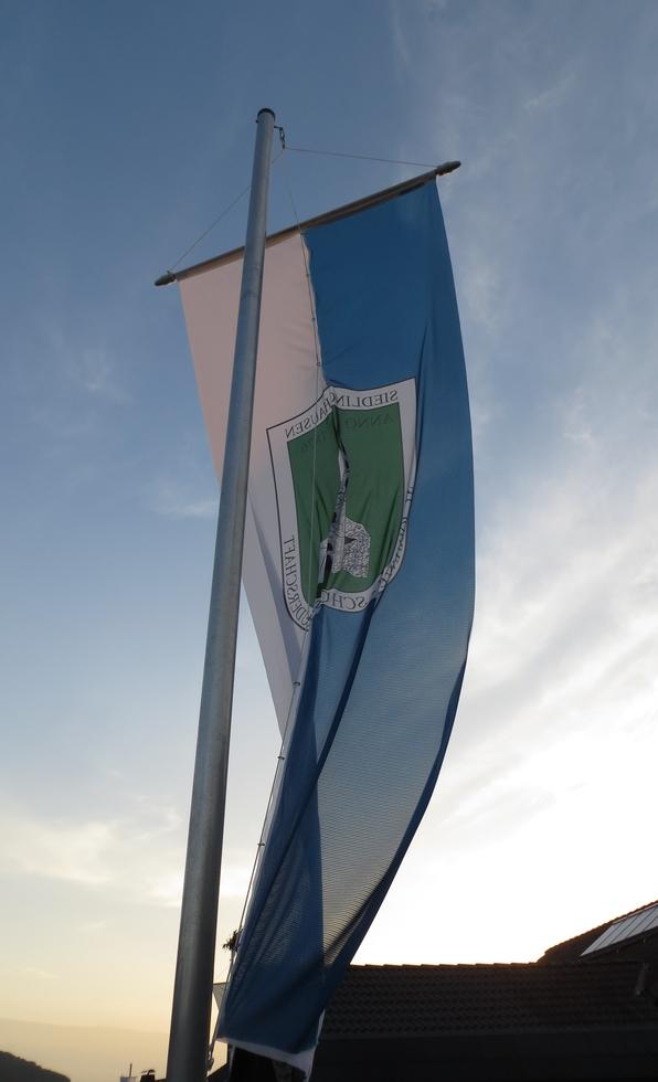 Die Fahne weht ziemlich schick vor unserem Haus, aber ich war's nicht (foto: zoom)