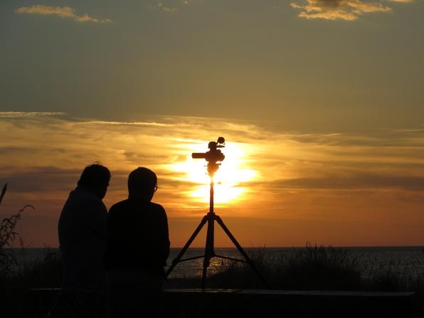 En passant geknippst: Sonnenuntergang mit Paar und Filmkamera (foto: zoom)