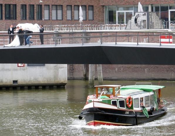 Hochzeitsgesellschaft in der Hamburger Hafencity.