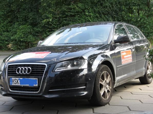 Radio Sauerland: Rot-Weiße Werbung auf schwarzem Audi. (foto: zoom)