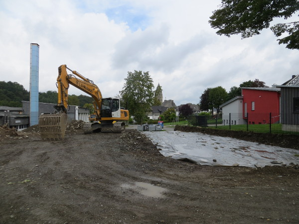 Bauarbeiten zwischen Hallen- und Freibad. Rechts das Feuerwehrhaus.