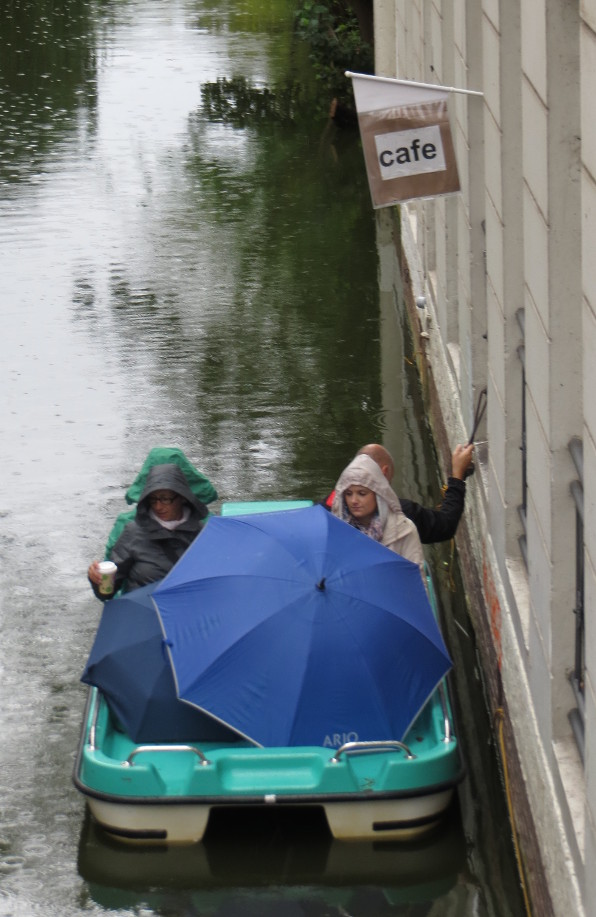 Auch bei Regenwetter schmeckt der Kaffee auf dem Kanal in Hamburg-Winterhude. (foto: zoom)