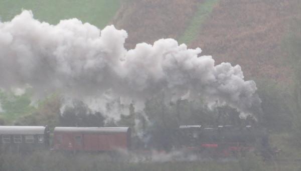 Nicht ganz im Fahrplan. Die Dampflok 58 311 auf dem Weg nach Winterberg.