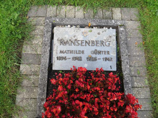 Grab von Günter Ransenberg und seiner Mutter Mathilde auf dem Friedhof in Wennemen. (foto: zoom)