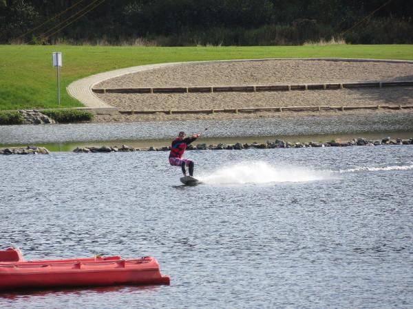 Sportliche Aktionen vor leerer Kulisse. Im Hintergrund die Badebucht.