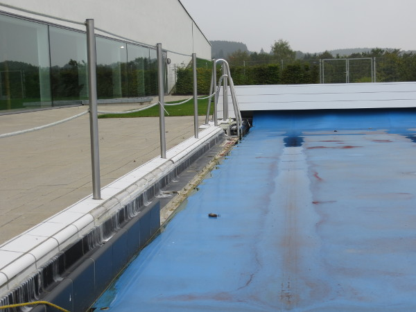 Der kleine Schandfleck hinter dem Oversum: das kaputte Außenbecken des Schwimmbades gestern. (foto: zoom)