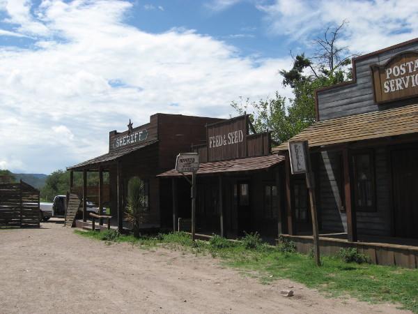 Eine wahre Geisterstadt heute - der Hollywood-Glanz ist längst von den Fassaden gebröckelt. Eine Filmkulisse in der Nähe von Vicotria de Durango, wo John Wayne zahlreiche Western gedreht hat.