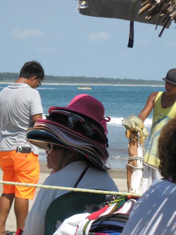 Frau mit Hüten vor Leguan am Strand von Mazatlán. Eine Erinnerung bleibt: Mexiko hat eben immer mehr als eine Facette.