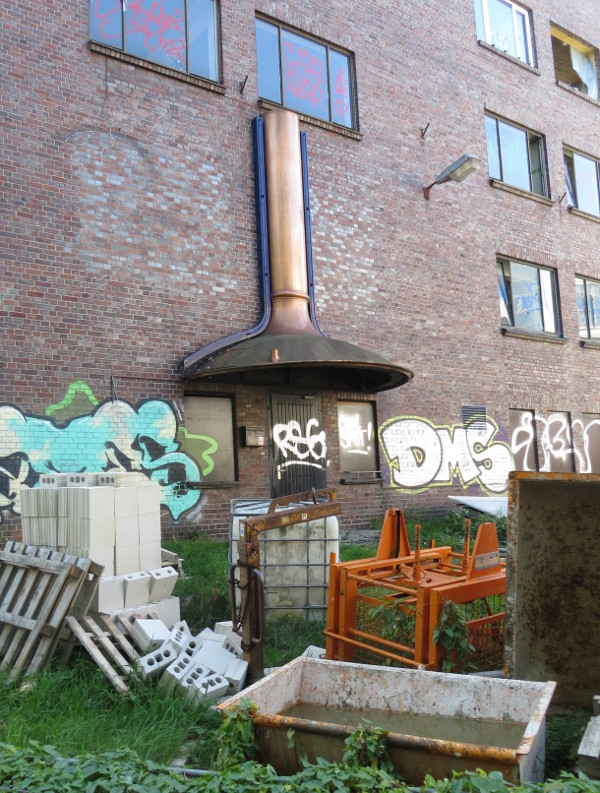 Das Gebäude, der Eingang, das Bier und der Müll ...