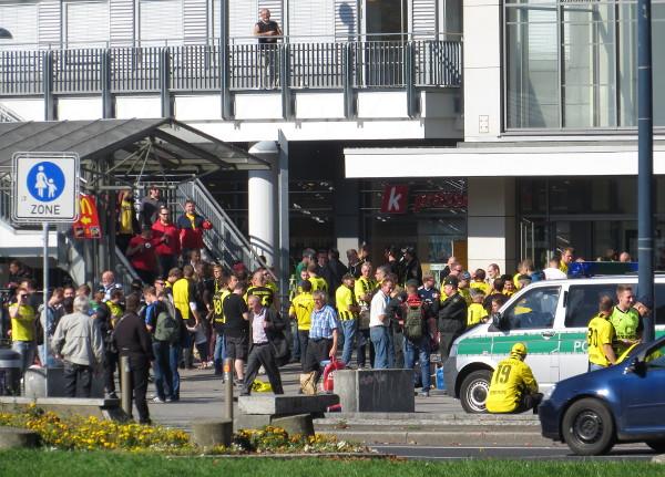 Der Dortmunder Hauptbahnhof vor dem Bundesligaspiel gegen den HSV am vergangenen Samstag. (foto: zoom)