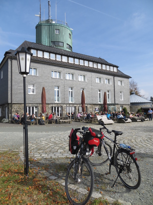 """Nach der vielen Allein-Fahrerei hat mein Fahrrad (links) endlich eine Freundin (rechts) gefunden - weibliches Rad """"gegendert"""" mit Stange."""