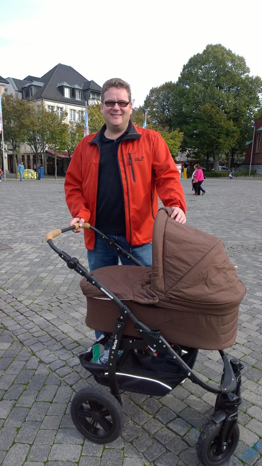 """Berufstätige Eltern sind auf bezahlbare Plätze zur Kinderbetreuung angewiesen"""", so Ronny Gängler, Pirat und Familienvater aus Arnsberg. (foto: piraten)"""
