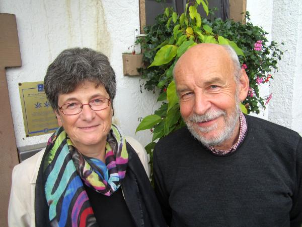 Der wiedergewählte Bundesvorsitzende der Aktion Humane Schule, Jonas Lanig (Nürnberg), und seine Stellvertreterin Dr. Angelika Klaska (Pinneberg) (v.r.n.l.; Foto: Detlef Träbert)