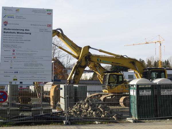 Das alte Bahnhofsgebäude ist abgerissen. Jetzt wird noch der Schutt geräumt.