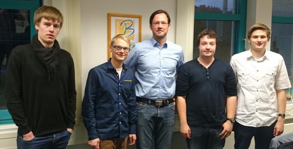 Dirk Wiese mischt sich unter die HSK-Jusos. Die Gespräche sollen wiederholt werden. (foto: spd)