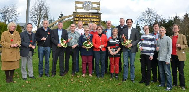 Die gewählten Vertreterinnen und Vertreter der HSK-SPD vor der Dorfhalle n Altastenberg. (foto: hsk-spd)