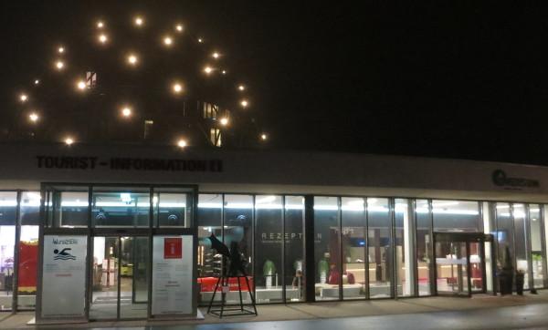 Das Oversum: rechts Hotel, Mitte Touristen-Info, links runter Schwimmbad (foto: zoom)