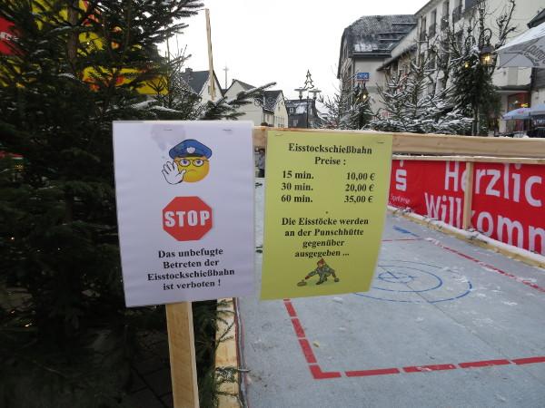 Saftige Preise, keine Kunden? Die Eisstockbahn in Winterberg. (fotos: zoom)