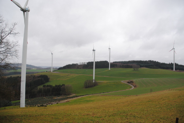 Windkraftanlagen scheinen mit Weitwinkel fotografiert immer zu kippen. (foto: zoom)
