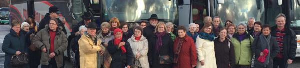 Die AfA-Reisegruppe vor ihrem Bus (foto: wiegelmann)