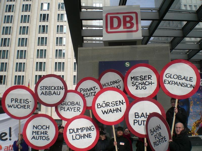 """Auf einem Katerfrühstück bilanzierten heute die Organisationen Gemeingut in BürgerInnenhand (GiB), Bündnis """"Bahn für Alle"""" und Bürgerbahn statt Börsenbahn (BsB) aktuelle Entwicklungen bei der DB AG und der Bahnpolitik. (foto: Klaus Ihlau)"""