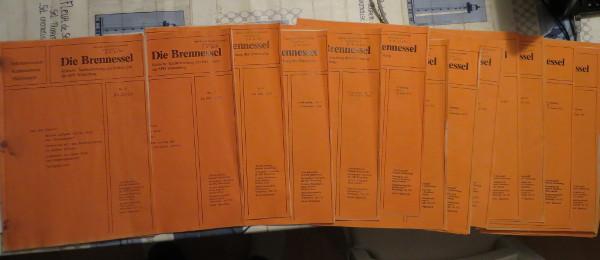"""Vor mir liegen die Ausgaben der """"Brennessel"""" von Juni 1978 bis November 1983."""