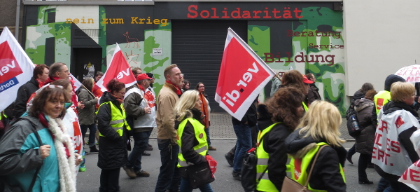 Die Teilnehmer an der Rückseite des Gewerkschaftshauses: Solidarität ...