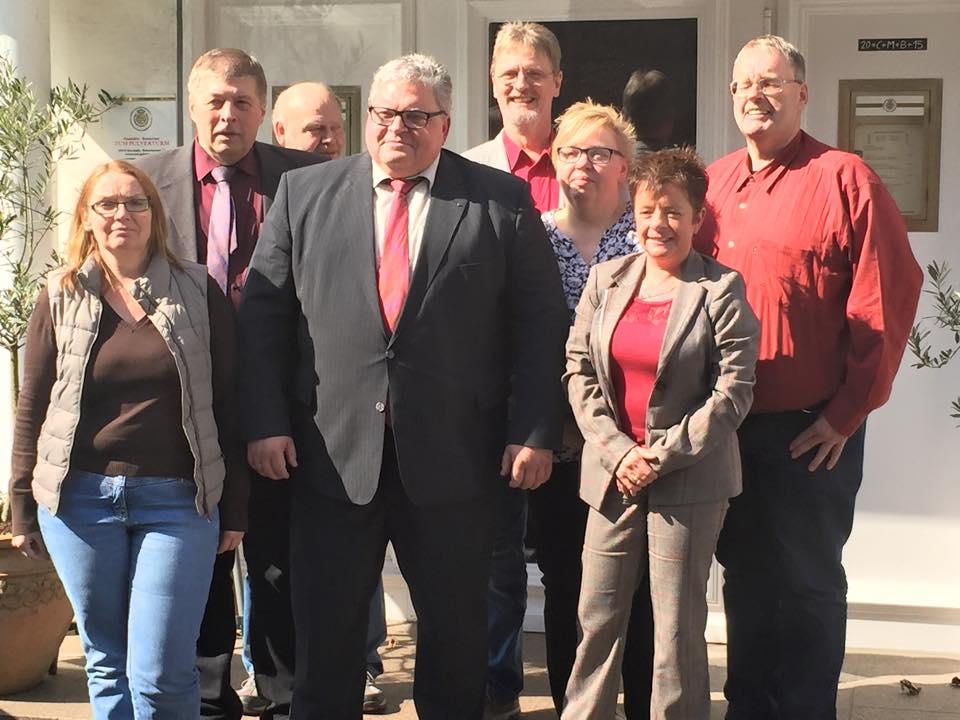 SPD-Bürgermeisterkandidat Jürgen Lipke (Mitte) mit dem Vorstand der SPD Meschede. (foto: spd)