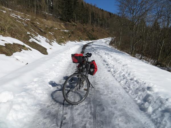 Direkt hinter Winterberg sah es noch nicht sehr gut aus. Eis und Schnee. Obacht!
