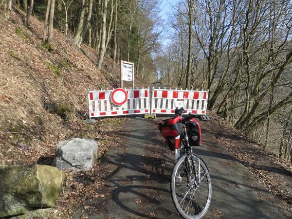 Umdrehen: Der Ruhrtalradweg zwischen Steinhelle und Stausee Olsberg ist wegen Forstarbeiten gesperrt. (foto: zoom)