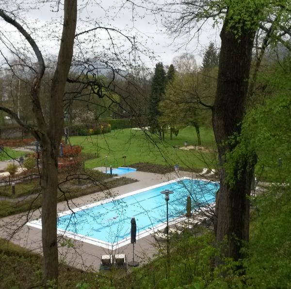 Mieses Wetter, warmes Wasser: im Freibad-Becken des AquaOlsberg kann seit heute wieder geschwommen werden. (foto: zom)