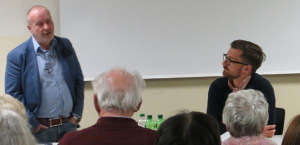 Walter Manoschek (links) beantwortet Fragen zu Recherche und Film. (foto: zoom)