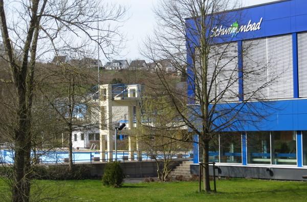 Rechts das Hallenbad und hinter den Bäumen das Freibad mit Sprungturm und 50-Meter-Becken.