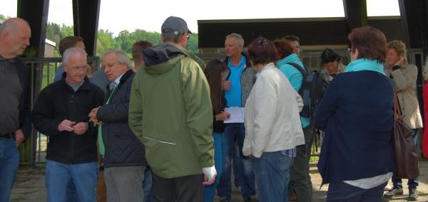 Freibad Amecke: Bürgerinnen und Bürger diskutierten gestern vor Ort. (foto: haertel)