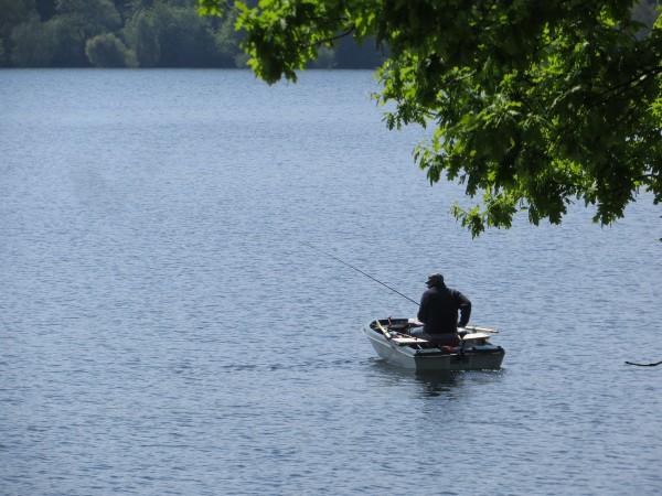 Entlang des Möhnesees war es auf dem Rad entspannt,  auf dem Wasser streng kontemplativ. (foto: zoom)