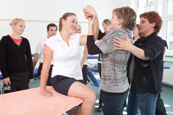 Seit 20 Jahren bilden die Schwestern der hl. Maria Magdalena Postel in Bestwig Ego- und Physiotherapeuten aus. Seit 2007 geschieht das in der Bildungsakademie in Velmede. (Foto: Carsten Behler)