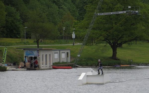 Ein einsamer Wakeboarder zieht seine, zugegeben gekonnt-artistischen  Kreise.
