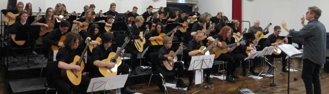 Das Schottische und das HSK-Gitarrenorchester unter der Leitung von Paul Devery und Heinrich Bohnenkämper am Sonntag in der Akademie Bad Fredeburg. (foto: zoom)