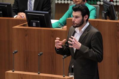 Lukas Lamla am Rednerpult im Plenarsaal (foto:  Bildarchiv des Landtags Nordrhein-Westfalen - Bernd Schälte 2012)