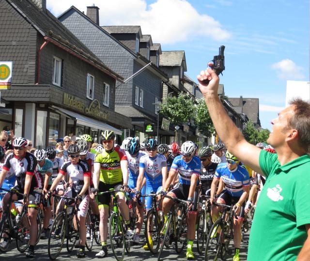 """Das Volksradrennen """"HochsauerlandChallenge"""" wurde heute Mittag am Waltenberg gestartet. (foto: zoom)"""