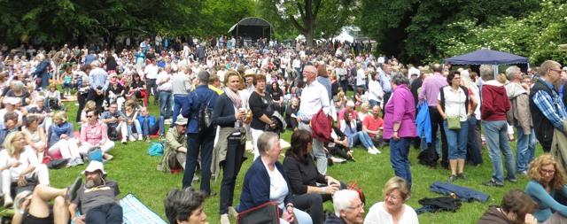 Der Stadtgarten an der Otto-Burrmeister-Allee war voller Menschen, die auf Horwitz' Brel-Interpretation warteten. (fotos: zoom)